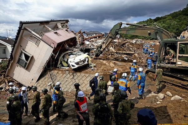行方不明者の捜索に向かう警察官や自衛隊員ら(7月9日、広島県熊野町で)