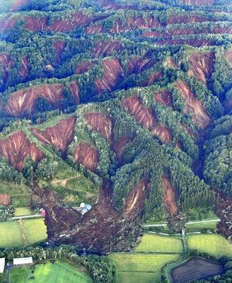震度7の強い揺れで発生した大規模な土砂崩れ(9月6日、北海道厚真町で、本社チャーターヘリから)