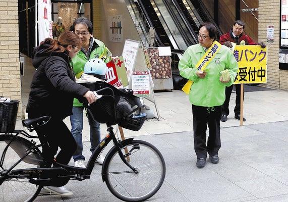 通行人に骨髄バンク登録の協力を呼びかけるボランティアら(高松市で)