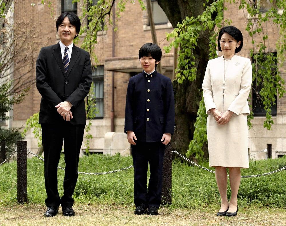 入学式に臨まれる秋篠宮ご夫妻と悠仁さま(8日午前
