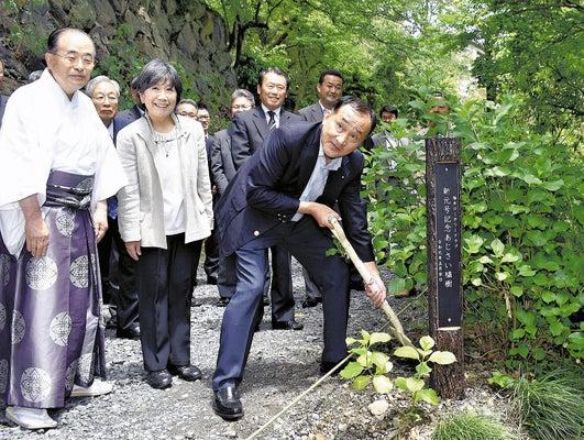 アジサイの植樹式を行う栃木ロータリークラブの会員ら(22日、栃木市の太平山神社表参道で)