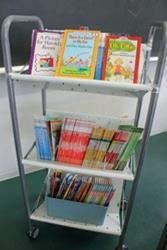 英語の授業で使う多読用の本を積んだカート