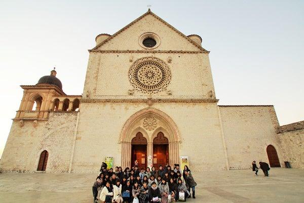 古都アッシジで聖フランチェスコ大聖堂を訪れた生徒たち