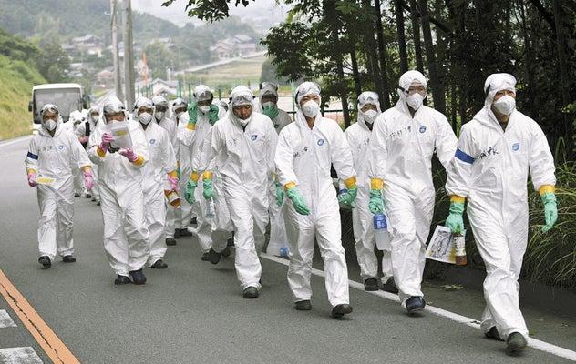 豚コレラが確認された養豚場へ向かう人たち(29日午後、愛知県西尾市で)