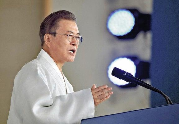 15日、韓国中部・忠清南道天安の独立記念館で演説する文在寅大統領(ロイター)