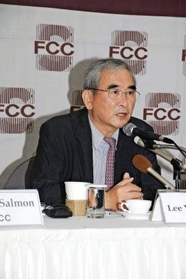 10日、ソウルの外国人記者クラブで記者会見する李栄薫氏=豊浦潤一撮影