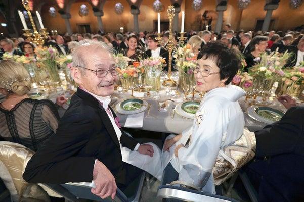 ノーベル賞授賞式後の晩さん会、吉野さん「栄光のテーブル」で周囲と談笑
