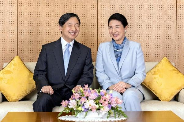 60歳の誕生日を迎えられた天皇陛下と皇后さま(12日、赤坂御所で)=宮内庁提供