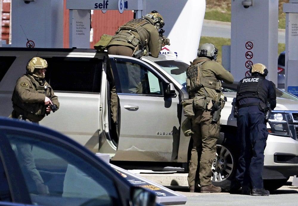 車で90キロ逃走し発砲続ける…パトカーが追跡し銃撃戦、12時間後に ...