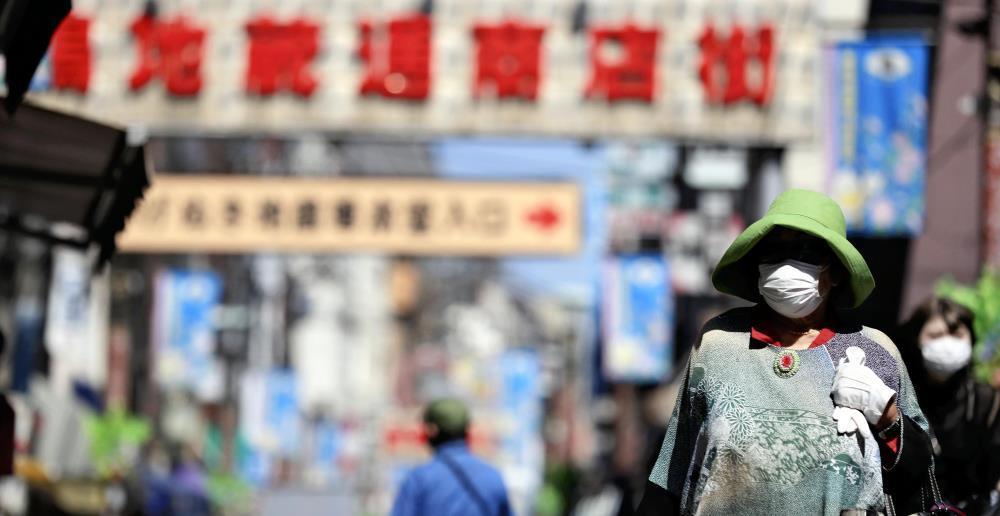マスクを着用して商店街を歩く人たち。気温が上がる中、熱中症が心配される(14日午前9時17分、東京都豊島区で)=冨田大介撮影