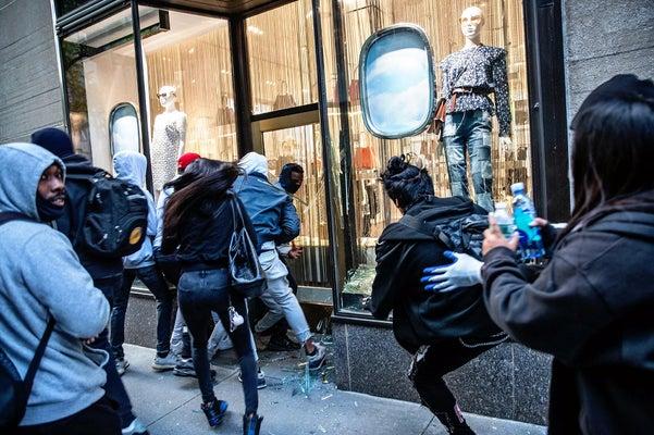 1日、抗議活動が行われている米ニューヨーク・マンハッタンで破壊される高級店(ロイター)