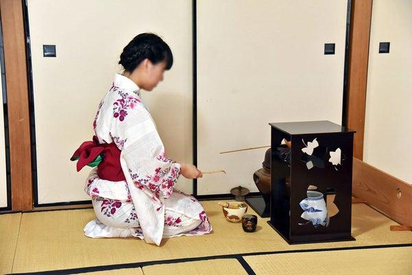 花道、茶道、マナー講習などで、女性としての豊かな教養と品性を育成する