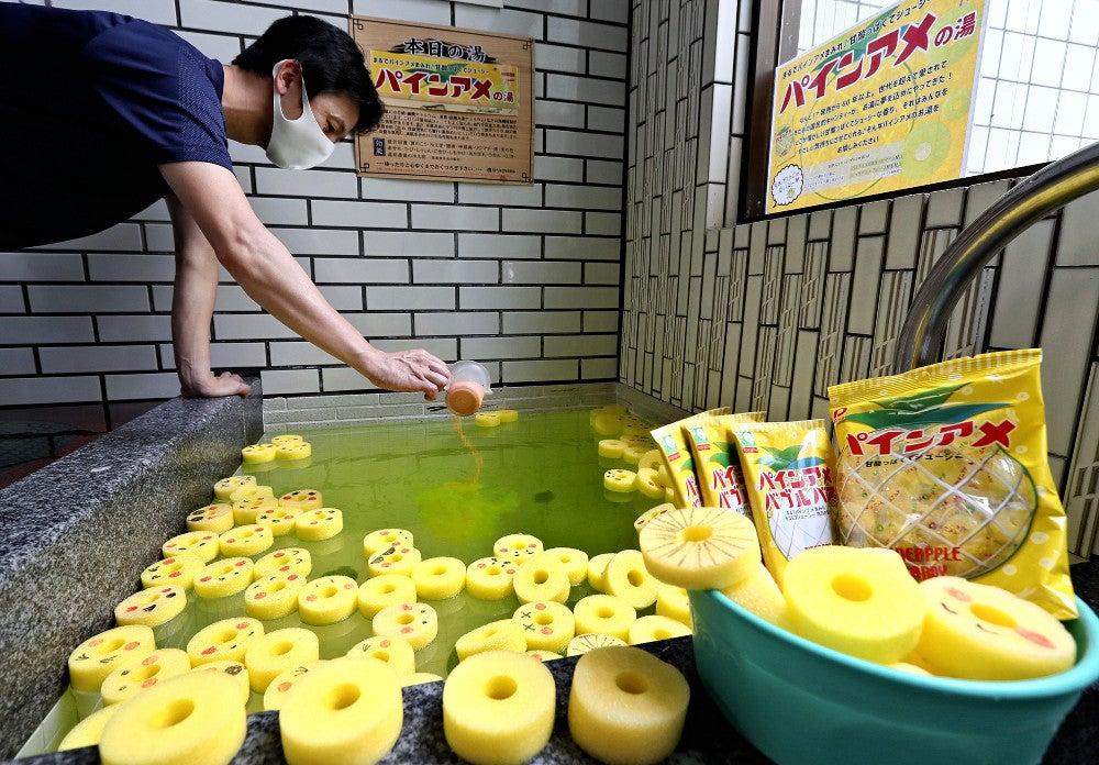8月8日に向けて準備された「パインアメの湯」(7日、大阪府守口市の「日の本湯」で)=前田尚紀撮影