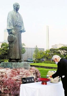 牧水の像前で献酒する飯干会長