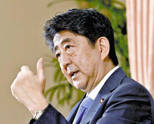 インタビューに答える安倍前首相(15日、首相公邸で)=鈴木毅彦撮影