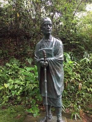 中尊寺金色堂そばの松尾芭蕉像。平泉には雨が似合う。詩情を高めます