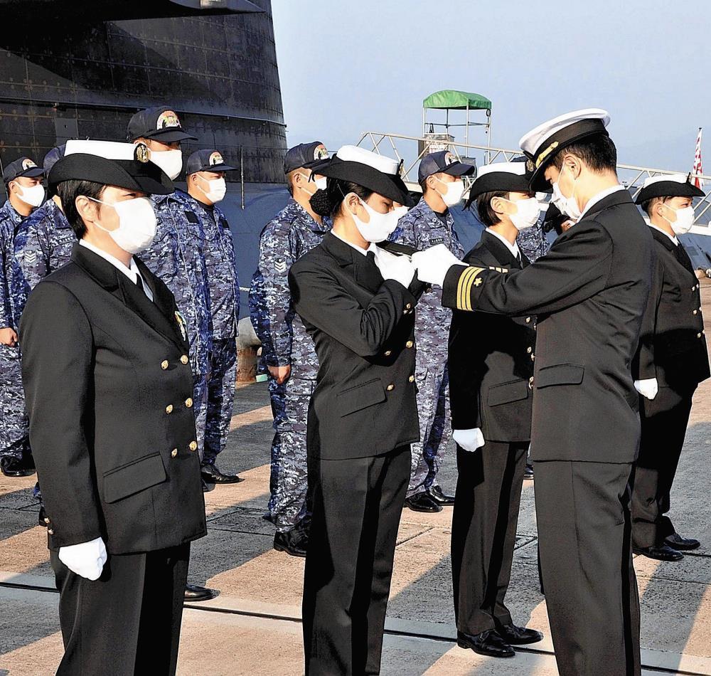 潜水艦に初の女性乗組員、5人に徽章…「活躍できるよう力に」 : 社会 ...