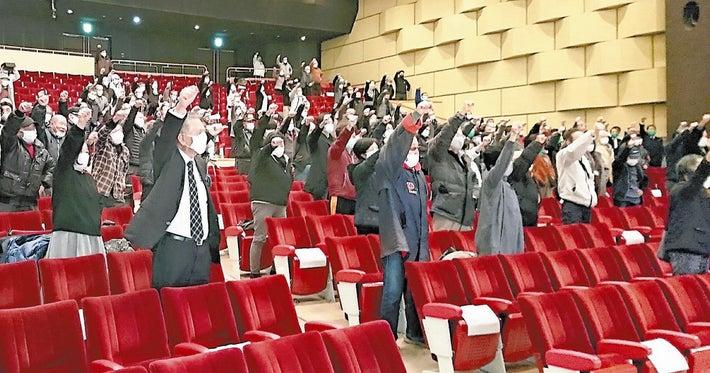 集会で拳を突き上げる支持者ら(9日夜、岐阜県安八町で)