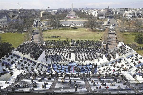 20日、ワシントンで行われた米大統領就任式(AP)。新型コロナウイルスの感染拡大を受け、間隔を空けた座席から来賓らが見守った