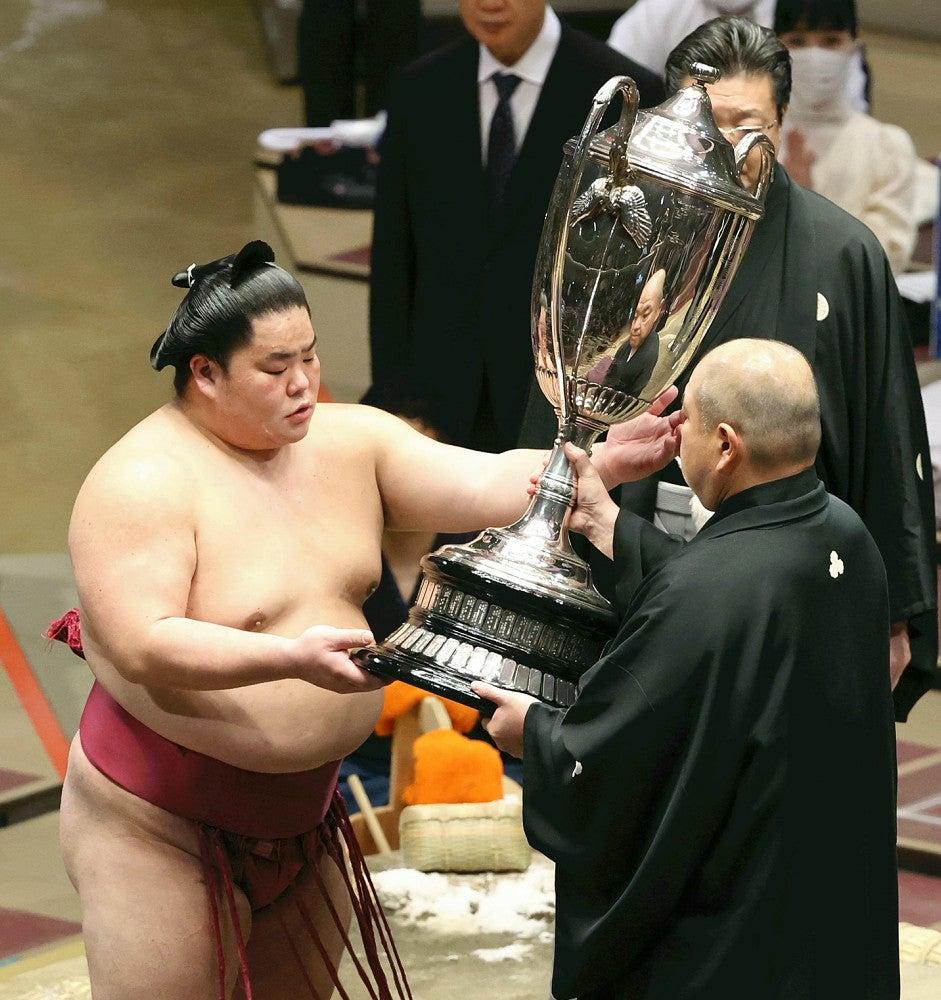 大栄翔、初の賜杯に「あんなに重いものとは」…来場所の三役復帰確実に ...