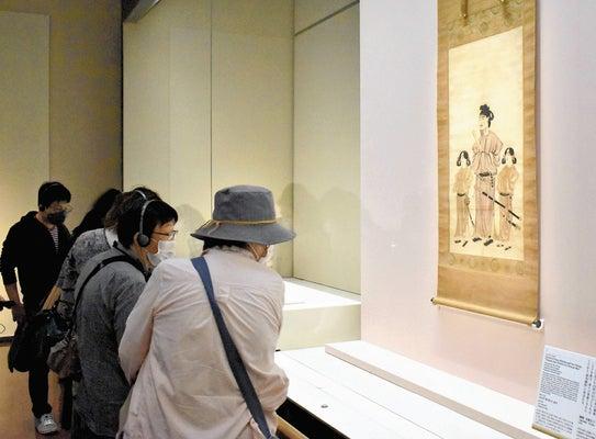 「聖徳太子二王子像」に見入る招待客ら(奈良市で)