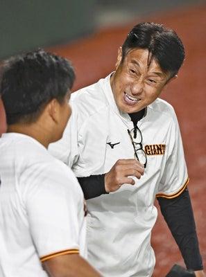 試合前に選手と言葉を交わす宮本和知・投手チーフコーチ=西孝高撮影