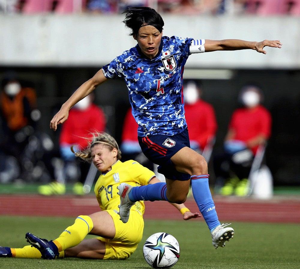 ウクライナとの国際親善試合でボールキープするなでしこジャパンの熊谷紗希(2021年6月10日、広島で)