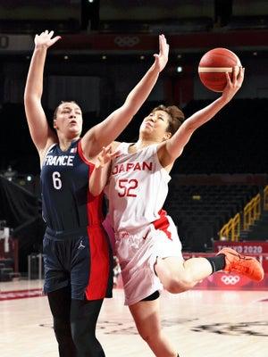 バスケットボール女子1次リーグ日本-フランス、第1クオーター、シュートを放つ宮沢夕貴(右)(27日、さいたまスーパーアリーナで)=里見研撮影