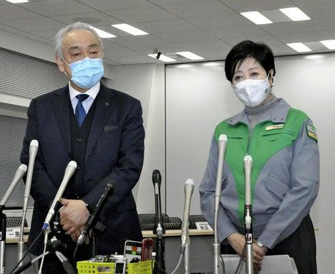 2021年1月、ワクチン接種体制の整備に向けた意見交換会後、報道陣の取材に応じる東京都の小池百合子知事と尾崎会長(左)