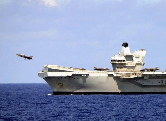 英空母「クイーン・エリザベス」を発艦する最新鋭ステルス戦闘機「F35B」(24日午前9時39分、沖縄南方海域で)=原尚吾撮影