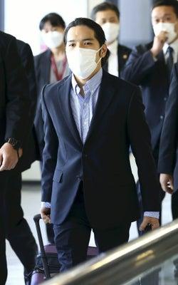 スーツ姿の小室圭さん、空港到着エリアに姿を現しコロナ検査へ : 社会 : ニュース : 読売新聞オンライン